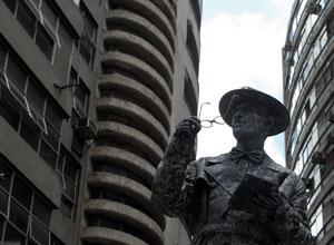 A estátua de Fernando Pessoa (Foto: Caio Kenji)