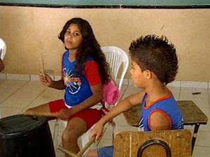 Crianças têm aulas de música em ONG (Foto: Reprodução/ TV Integração)