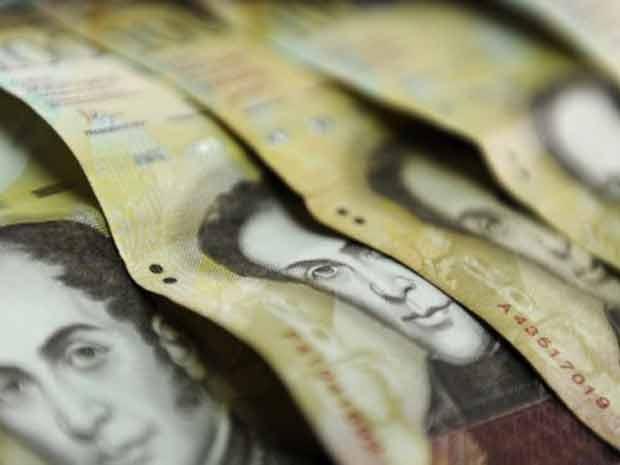 Notas de bolívar, a moeda da Venezuela, são vistas nesta quarta-feira (30) em Caracas (Foto: AFP)
