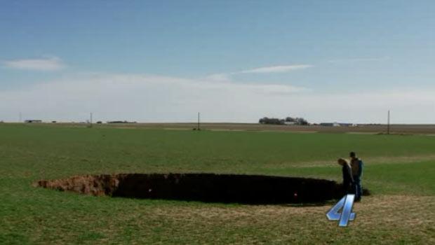 Buraco gigante surge em fazenda nos EUA e intriga moradores (Foto: Reprodução de vídeo)