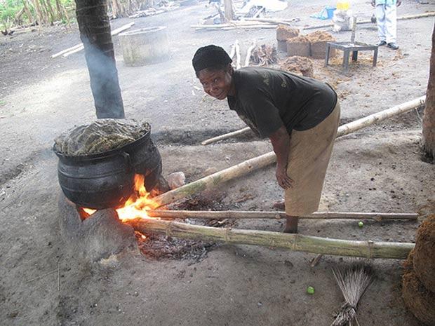 Moradora de Gana utiliza bambu para fogueira. Foco de organização é fomentar uso de planta para reduzir desmate de árvores (Foto: Divulgação/Inbar)