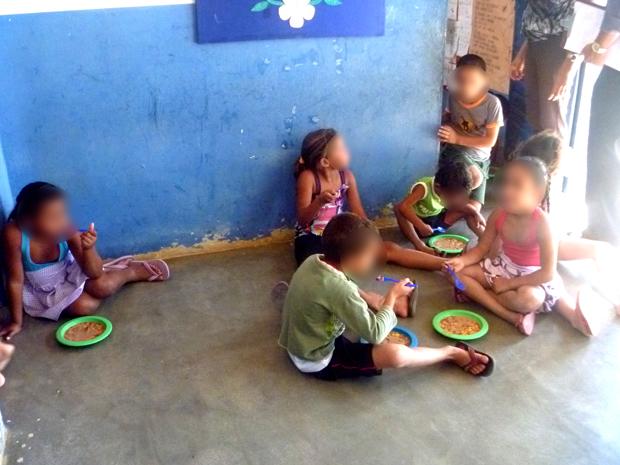 Crianças são flagradas comendo no chão em escola da Paraíba (Foto: Divulgação/ MPPB)