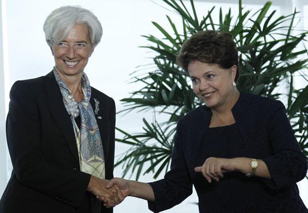 A presidente Dilma Rousseff cumprimenta a diretora-geral do Fundo Monetário Internacional (FMI), Christine Lagarde, em seu gabinete, no Palácio do Planalto (Foto: Ueslei Marcelino / Reuters)