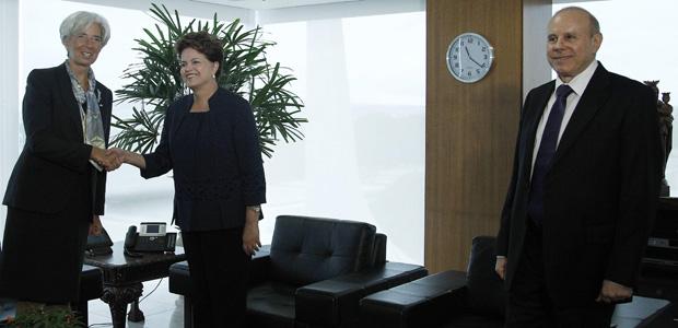 Lagarde, Dilma e o ministro da Fazenda, Guido Mantega, no gabinete presidencial (Foto: Ueslei Marcelino / Reuters)