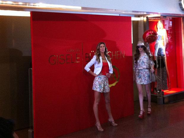 O público que passeava pelo Shopping Iguatemi na manhã desta quinta-feira (1º) pôde acompanhar um desfile da modelo Gisele Bündchen para uma loja de roupas. Ela foi muito aplaudida durante todas as aparições. O desfile durou cerca de 15 minutos (Foto: Juliana Cardilli/G1)