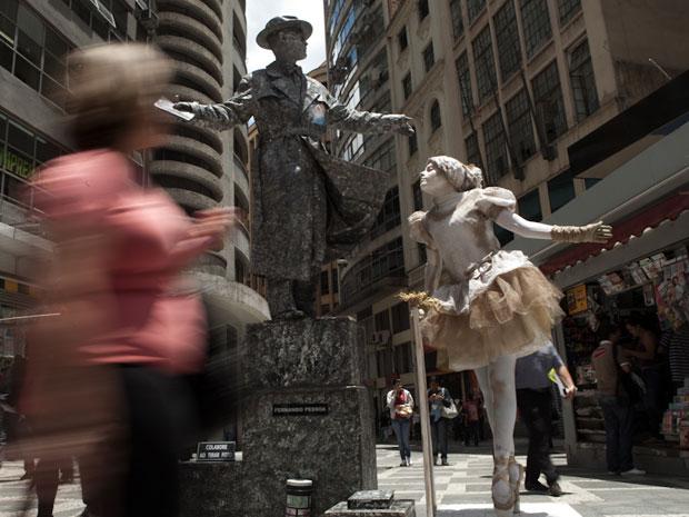 Fernando Pessoa e a Bailarina param multidões no centro de São Paulo  (Foto: Caio Kenji)