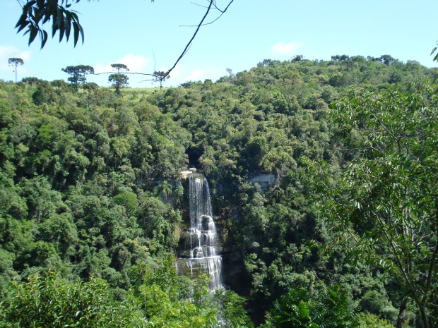 Salto São Sebastião tem cerca de 120 metros de altura e apresenta pouco volume de água.  (Foto: Adriana Justi / G1)