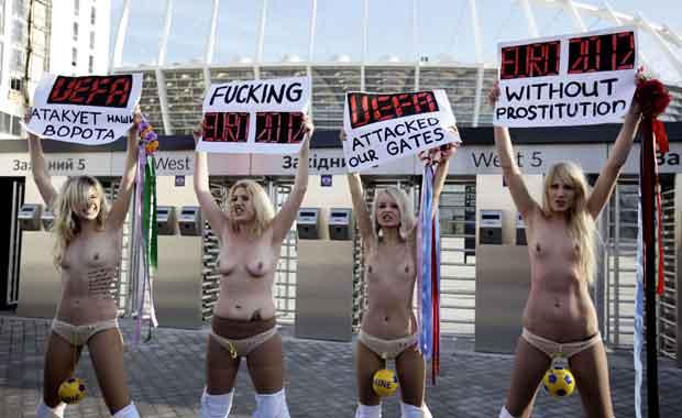 Ativistas seminuas do grupo feminista ucraniano Femen protestam nesta sexta-feira (2) em frente ao estádio Olímpico de Kiev (Foto: Reuters)