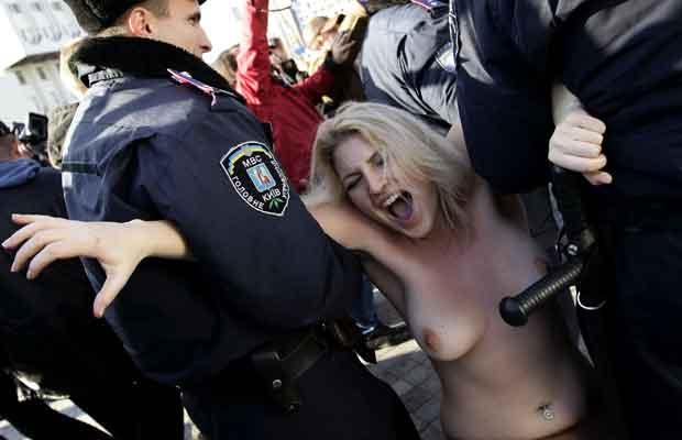 Elas protestam contra a suposta exploração sexual que deve ocorrer durante a Eurocopa 2012, que vai ocorrer na Ucrânia e na Polônia (Foto: Reuters)