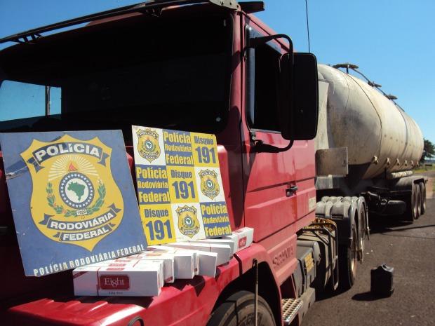 Caminhão apreendido com cigarros contrabandeados (Foto: Divulgação/PRF)