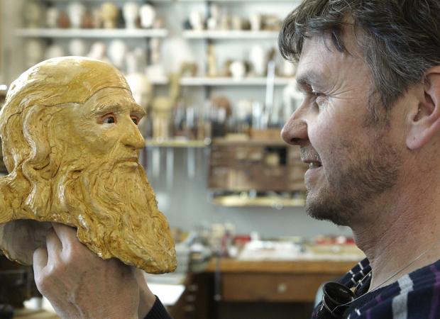 """Francois Junod e a parte da cabeça de seu """"homem mecânico"""" inspirado em Da Vinci (Foto: Denis Balibouse/Reuters)"""