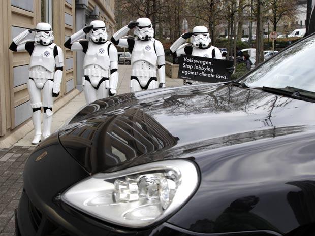 Ativistas do Greenpeace vestidos de soldados imperiais, personagens da série Star Wars, protestam nesta sexta-feira (2) contra o posicionamento contrário da Volkswagen às leis do clima (Foto: Virginia Mayo/AP)