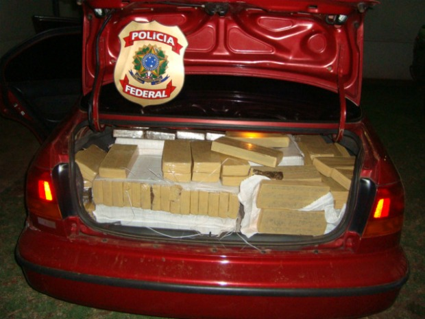 Car weighted down with 393 kilos of marijuana. Youth arrested for trafficking last night in Amambai, Mato Grosso do Sul.