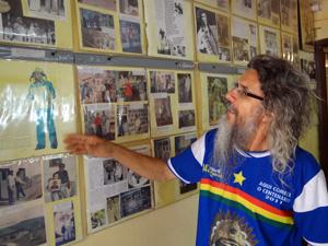 Marcos Veloso tem uma parede dedicada ao Rei do Baião, com fotos e recortes. (Foto: Katherine Coutinho / G1)