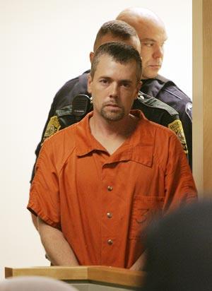 Christopher Smeltzer, 39 anos, chega para julgamento em uma corte de New Hampshire em foto de novembro de 2010 (Foto: AP)