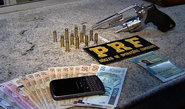 Com o suspeito, a PRF apreendeu um revólver calibre 38 e munição. (Foto: Reprodução/TV Gazeta)