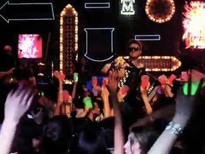 Michel Teló no clipe de 'Eu te amo e open bar' (Foto: Divulgação)