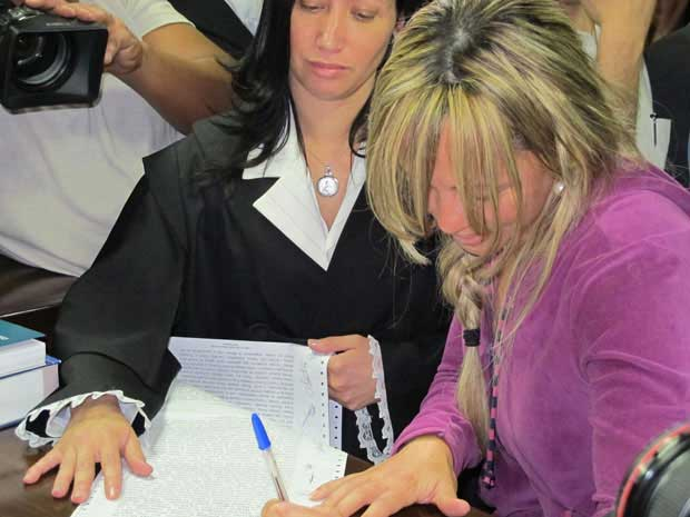 Adriana Almeida, pouco após ser absolvida no Fórum de Rio Bonito.  (Foto: Tássia Thum / G1)