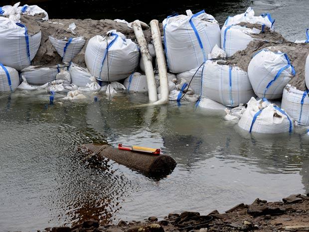 Uma bomba com 1,8 tonelada foi encontrada neste sábado dentro do Rio Reno, em Koblenz, na Alemanha. Por conta disto, 45 mil pessoas foram evacuadas até que o artefato seja removido de forma segura. (Foto: Harald Tittel/dapd/AP)