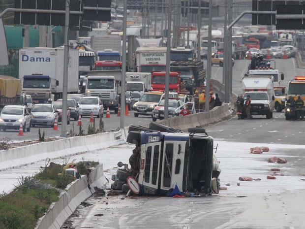Caminhão tombou e causou transtornos na Marginal Tietê (Foto: Luiz Guarnieri/Agência Estado)