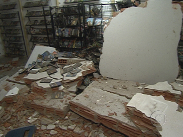 Image of store  destroyed by ATM robbers using dynamite in Conselheiro Lafaiete, Minas Gerais, Brazil 04 December 2011