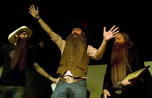Alan Demling (centro), do Texas, foi o vencedor da categoria 'Barba completa' na competição de barbas e bigodes ocorrida no último sábado (3), no Brooklyn, Nova York (Foto: Claire Schneider/AP)