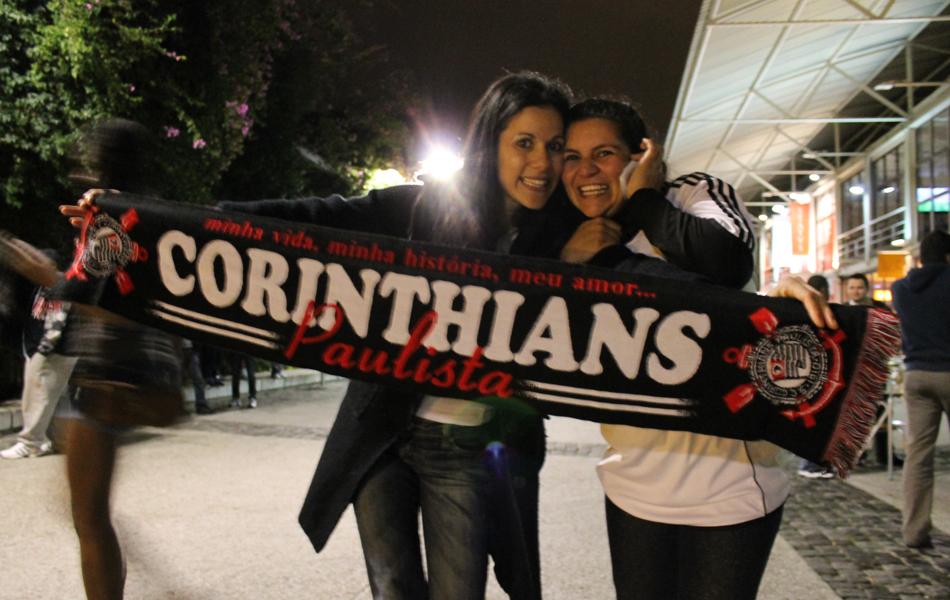 Lisboa - Mesmo longe, torcedores saem às ruas para comemorar conquista do Corinthians