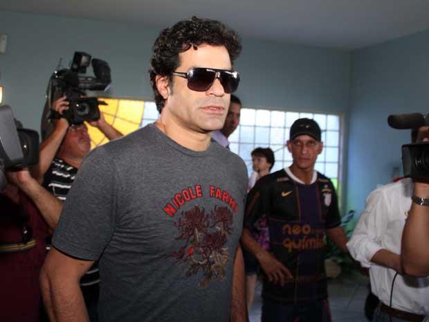 Ex-jogador Raí chega para o velório do irmão (Foto: Luis Cleber/AE)