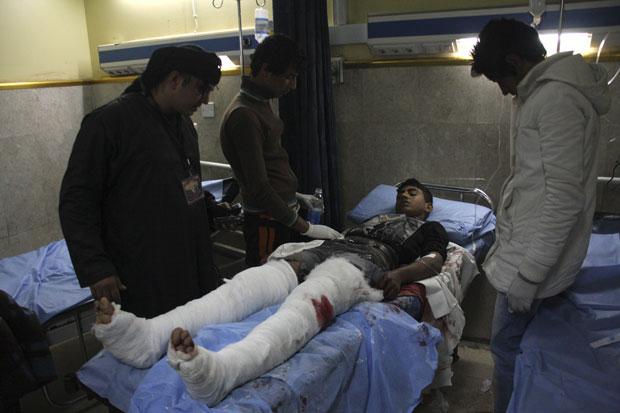 Jovem teve feridas nas pernas devido ao ataque em Bagdá (Foto: Reuters)
