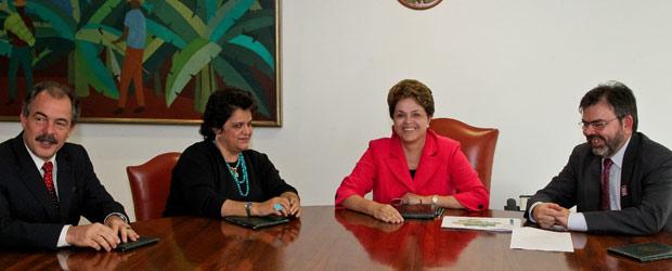 A presidente DIlma Rousseff em reunião com os ministros Aloizio Mercadante (Ciência e Tecnologia), Izabella Teixeira (Meio Ambiente) e o diretor do Inpe, Gilberto Câmara (Foto: Roberto Stuckert Filho / Presidência)
