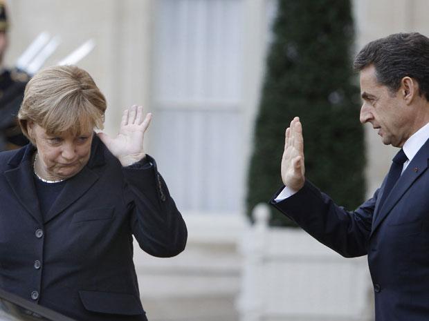 Nicolas Sarkozy e Angela Merkel se despedem após encontro em Paris (Foto: AP)
