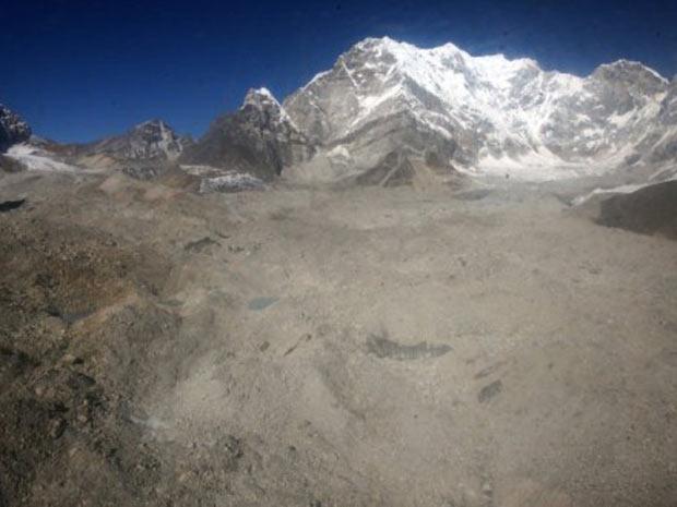 Imagem de dezembro de 2009 mostra montanhas e uma geleira na região do monte Everest, a 140 km de distância de Kathmandu. Milhões de pessoas estão sob ameaça de derretimento das geleiras do Himalaia, de acordo com cientistas, (Foto: Prakash Mathema/AFP)
