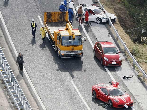 Polícia investiga as causas do acidente (Foto: AP)