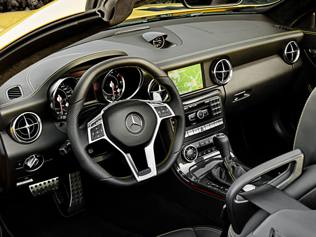 Interior do SLK 55 AMG ganhou acabamento especial (Foto: Divulga&#231;&#227;o)