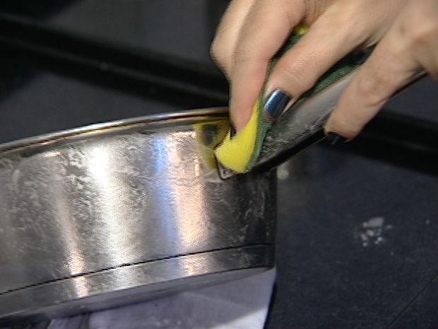 Consultura ensina a deixar a penala de inox brilhando (Foto: Reprodução/TV Gazeta)