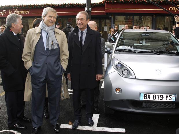 CEO do group Bollore (centro), Vincent Bollore, e o prefeito de Paris Bertrand Delanoe (direita) durante a inauguração do Autolib'  (Foto: Benoit Tessier/Reuters)
