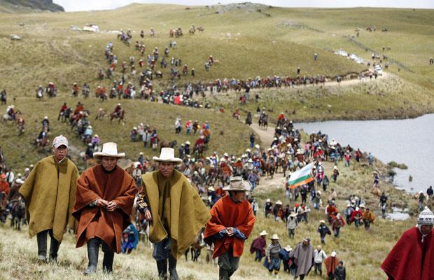 Andinos protestam perto da lagoa Cortada em  Cajamarca, no dia 24 de novembro (Foto: Enrique Castro-Mendivil/Reuters)