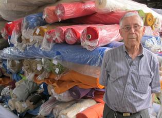 Antonio Pilotto tem R$ 2 milhões de tecidos em estoque na sua fábrica, em Americana (Foto: Anay Cury/G1)