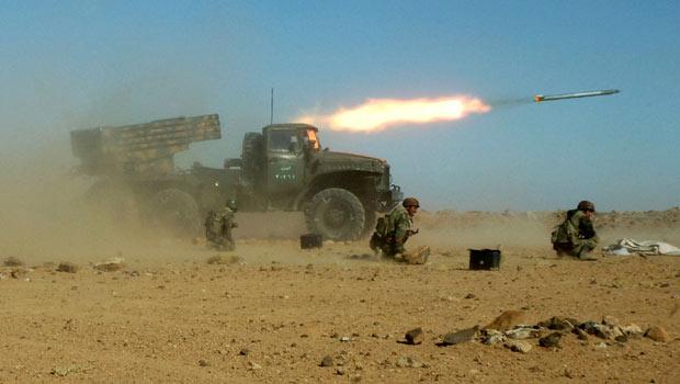 Forças sírias fazem manobras em local não informado, neste domingo (4); a foto foi divulgada pela agência oficial Sana (Foto: AP)