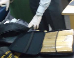 Droga estava dividida em nove tabletes, guardados em bolsa de mão.  (Foto: Mayco Geretti/ G1)