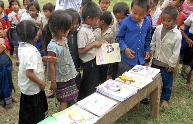 No fim das festas de livros, cada criança pode escolher um para si (Foto: Divulgação)