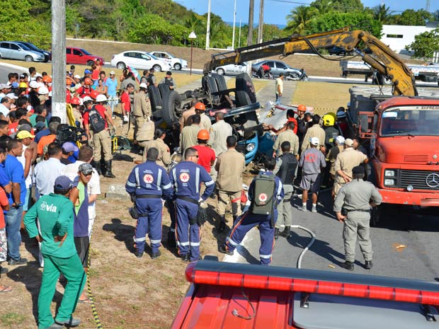 Motorista morre após caminhão tombar na Paraíba (Foto: Walter Paparazzo/G1)