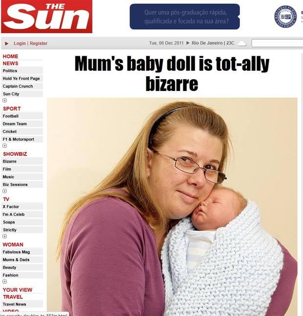 Ashleigh Kirby, de 36 anos, cuida de uma boneca como seu fosse um bebê de verdade. (Foto: Reprodução/The Sun)