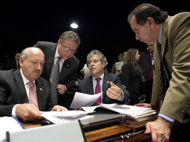 Da esq. para a dir., os senadores Luiz Henrique (PMDB-SC), Blairo Maggi (PR-MT), Jorge Viana (PT-AC) e Aloysio Nunes (PSDB-SP) durante discussão do novo Código Florestal (Foto: Lia de Paula/Agência Senado)