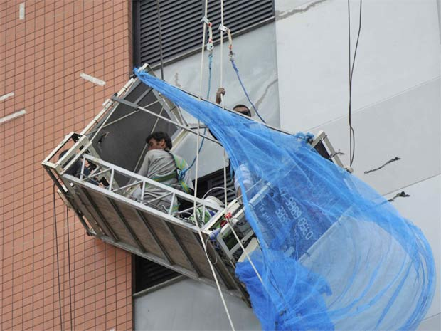 Cabos de segurança evitaram queda dos operários (Foto: Jandyr Nascimento/Agência RBS)