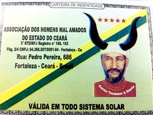"""Carteirinha diz que é válida em todo o sistema solar e afirma que o portador é """"corno com todas as letras"""". (Foto: G1 Ceará)"""