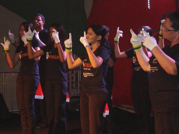 Coral 'Mãos que Cantam e Encantam' é formado por pessoas com deficiência auditiva (Foto: Mayco Geretti/G1)