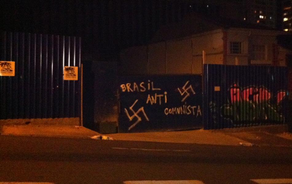 Na noite do dia 28 de novembro, o portão de uma obra em construção tinha a pichação 'Brasil anti comunista' entre suásticas nazistas na Rua Cardeal Arcoverde, em Pinheiros, São Paulo