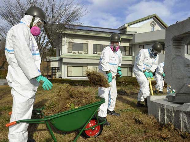 Japãox inicia operação de descontaminação dos edificícios municipais da zona de exclusão em torno da usina Nuclear de Fukushima Daiichi. (Foto: Kyodo News / AP Photo)