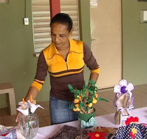 Mulheres aprendem a ganhar dinheiro fazendo artesanato (Foto: Reprodução/TV Gazeta)